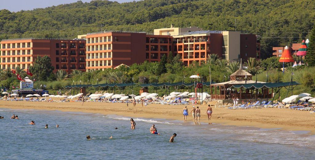 Passate del tempo sulla spiaggia di sabbia bianca a pochi passi dall'hotel