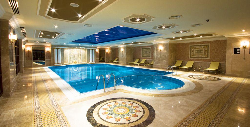 Una splendida piscina coperta per un tuffo rigenerante