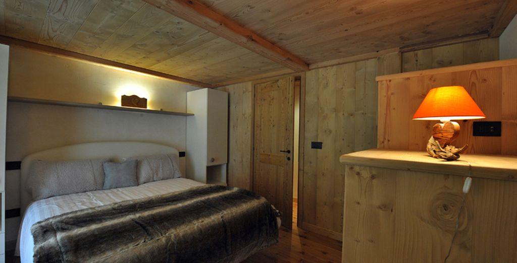 delle confortevoli camere i cui soffitti con travi a vista creano ambienti caldi e accoglienti