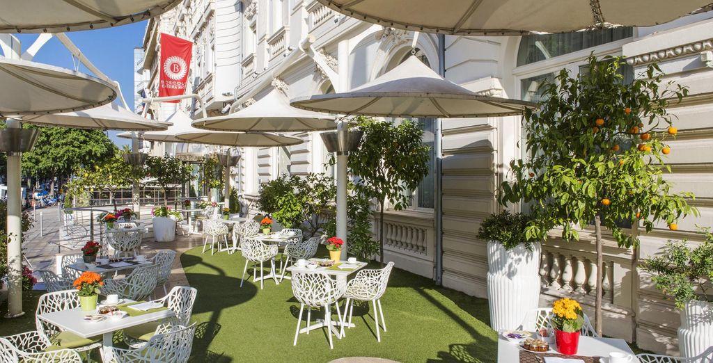 Bij mooi weer, kunt u op het terras van de Genesis bar genieten van de open lucht