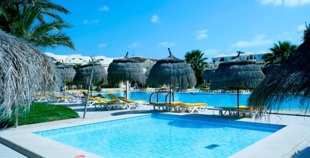 Neem een duik in het grote zwembad van het hotel