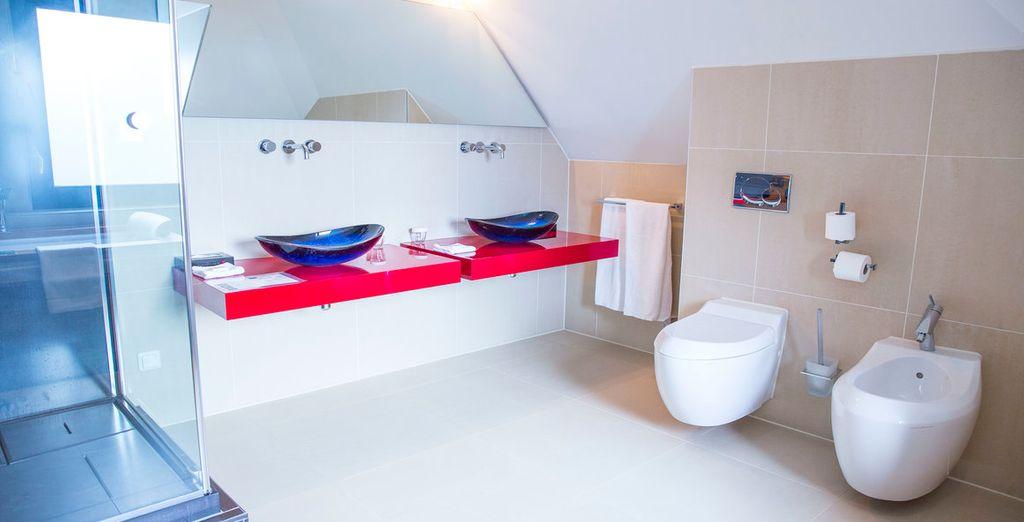 De badkamer beschikt over luxe faciliteiten