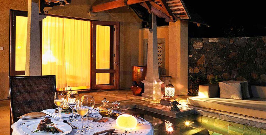 's Avonds kunt u gebruik maken van een butlerservice voor een romantisch diner in uw villa