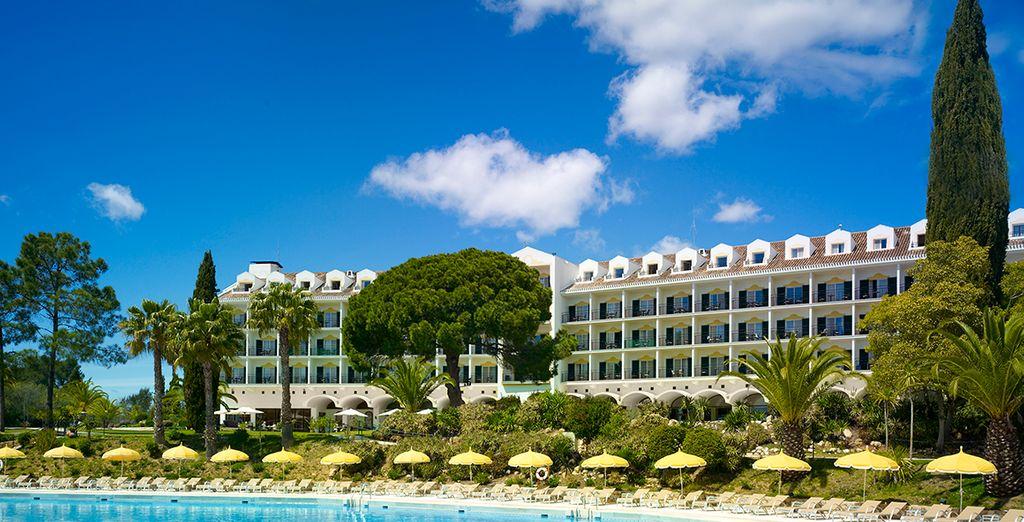 Een modern hotel met een spectaculair zwembad