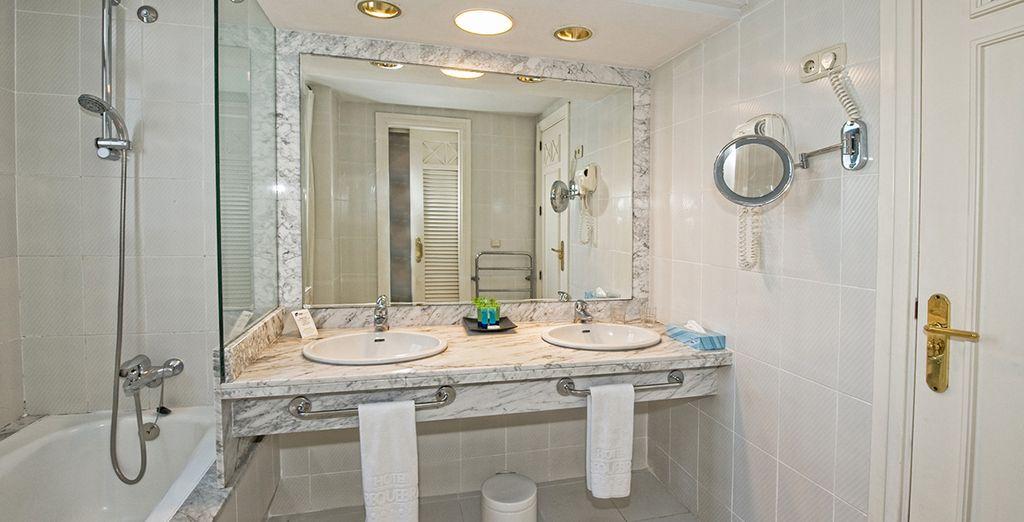 Met een schitterende marmeren badkamer