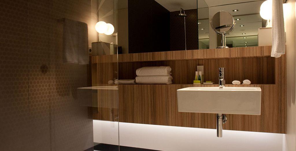 Met een ruime, moderne badkamer