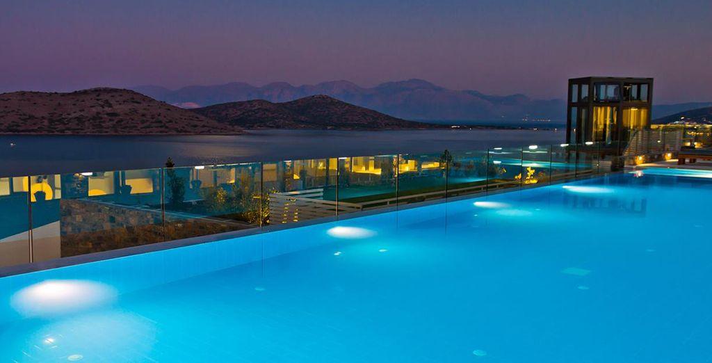 En het prachtig verlichte zwembad