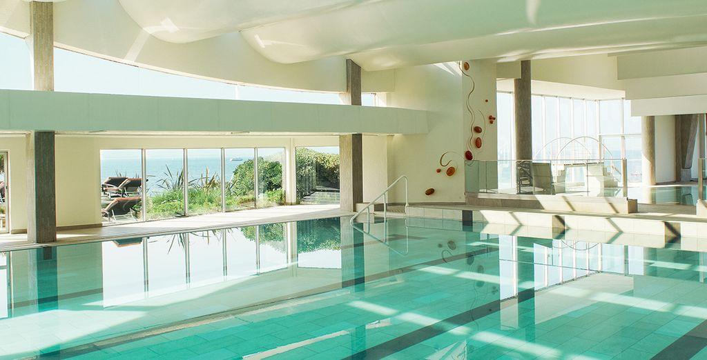 Neem een duik in het verwarmde zwembad