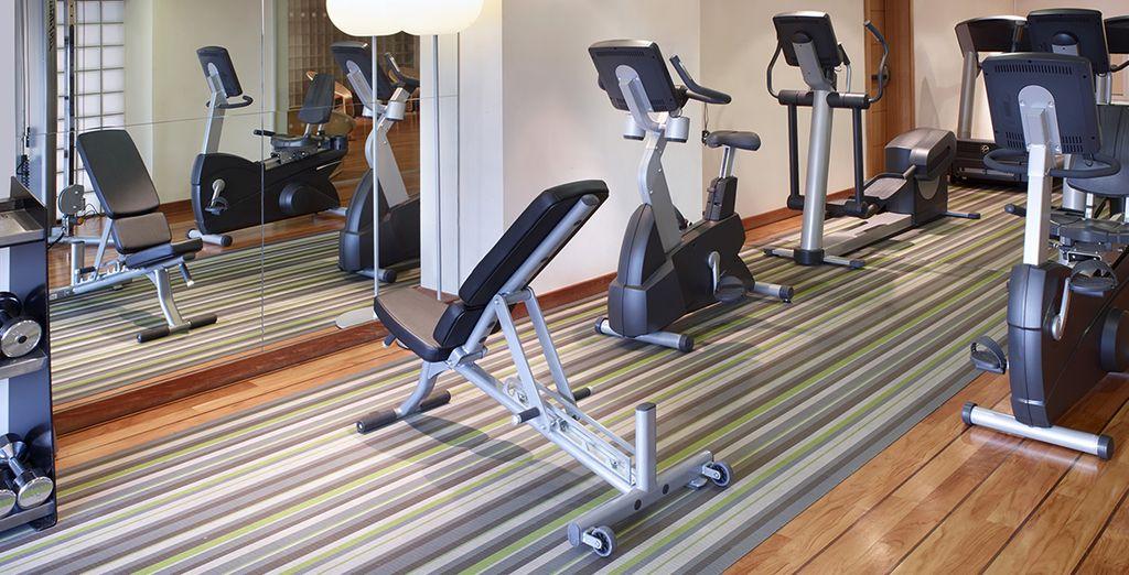 En de volledig ingerichte fitnessruimte