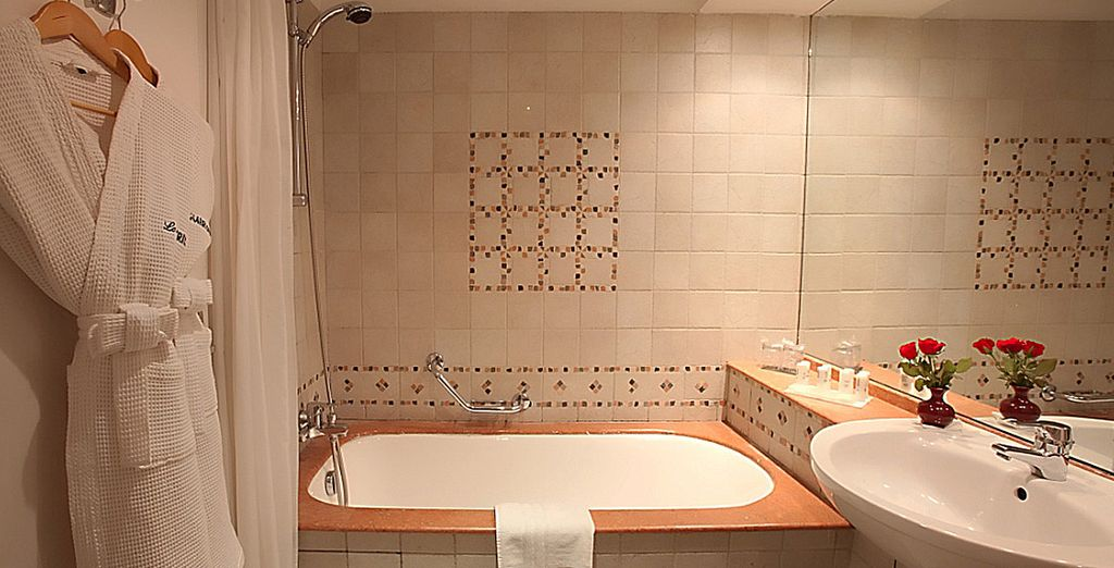 Met volledig ingerichte badkamer