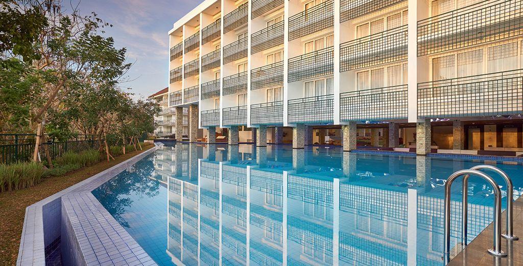 Neem een duik in het zwembad van het hotel