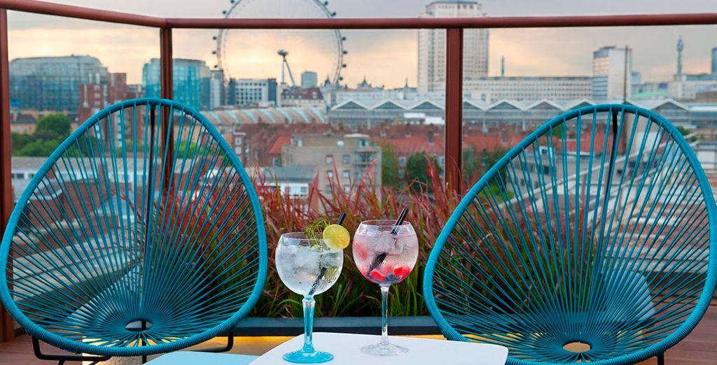 Een cocktail met een exclusief uitzicht tijdens uw hippe en relaxte stedentrip