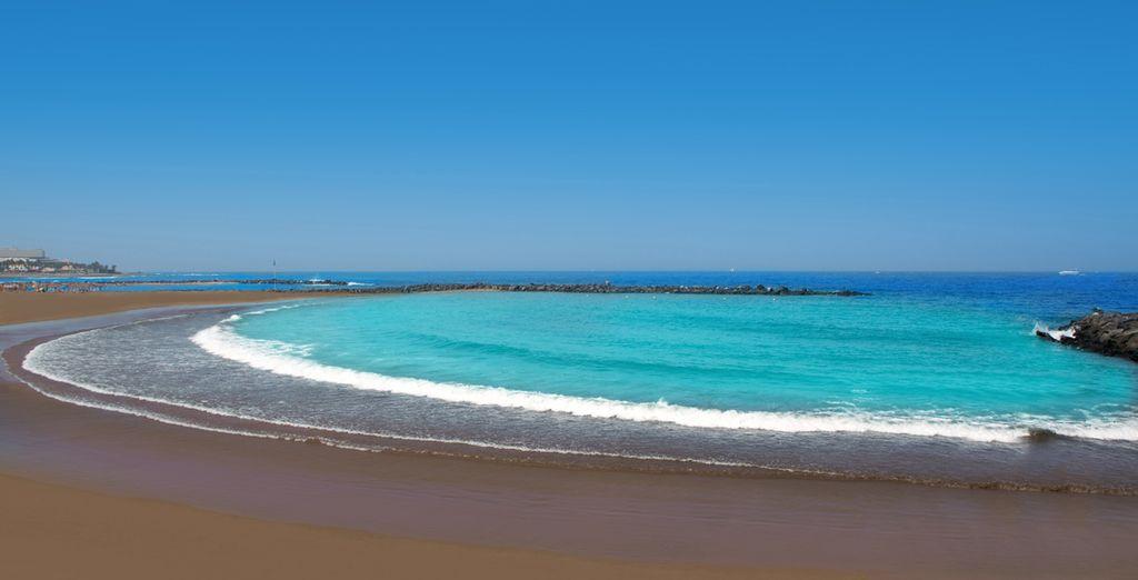 De vulkanische bodem staat in contrast met de turquoise zee