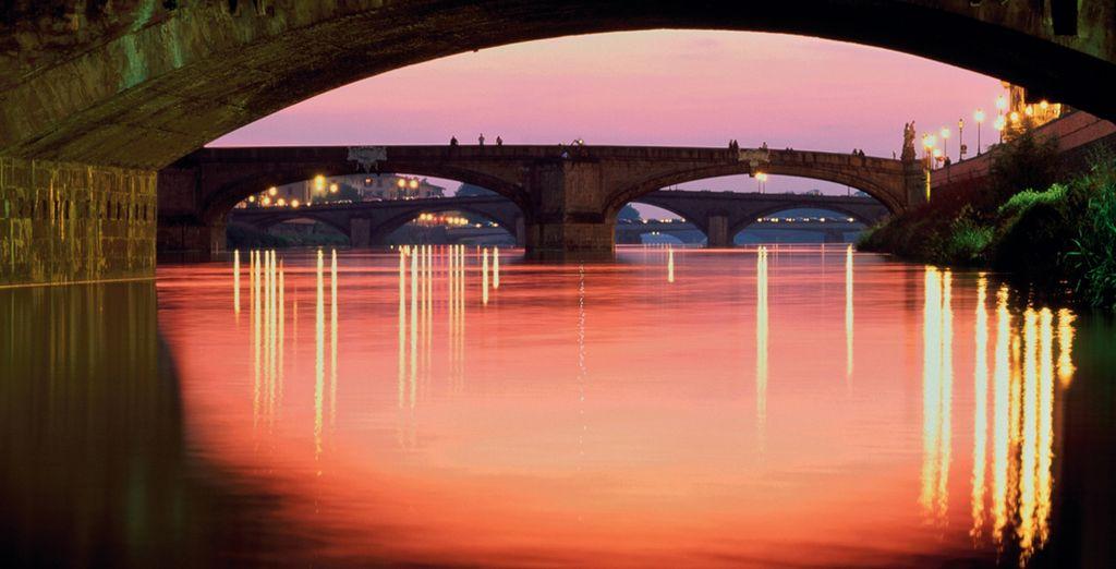 En vergeet niet te genieten van de zonsondergang over de Arno!
