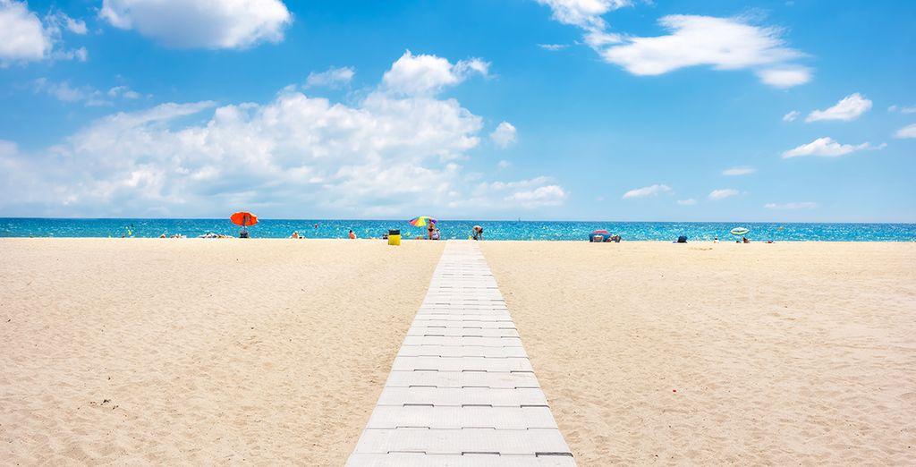 ...of op naar het strand, dat maar op 1,5 km afstand van uw appartement ligt