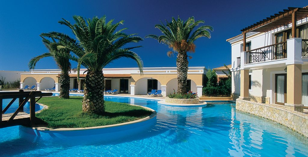 Plunge into the outdoor swimming pool ...