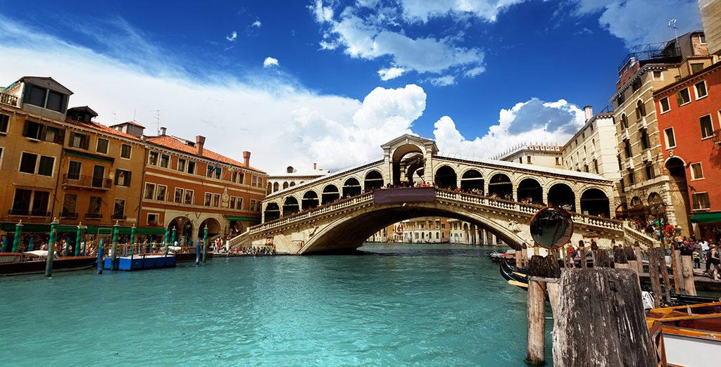 See the gorgeous Rialto bridge