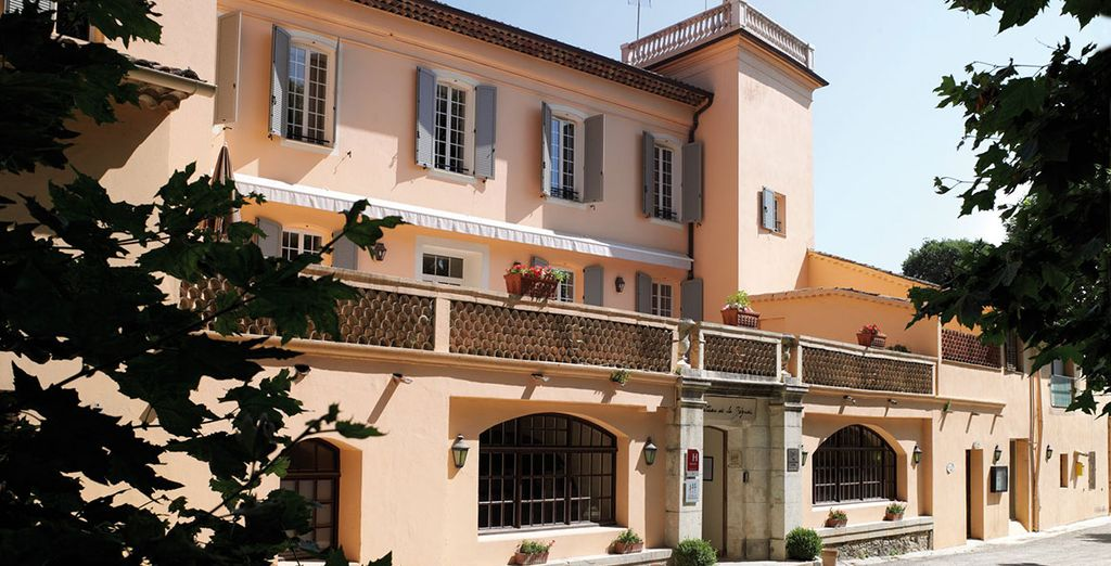 This grand hotel is only 20 minutes from Cannes & Nice