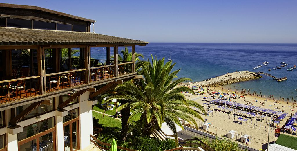 With a great hillside location, overlooking Sesimbra Beach
