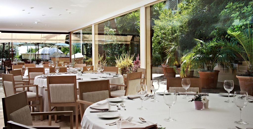 The Biniagual restaurant serves à la carte Spanish cuisine and the barbecue restaurant is open during summer
