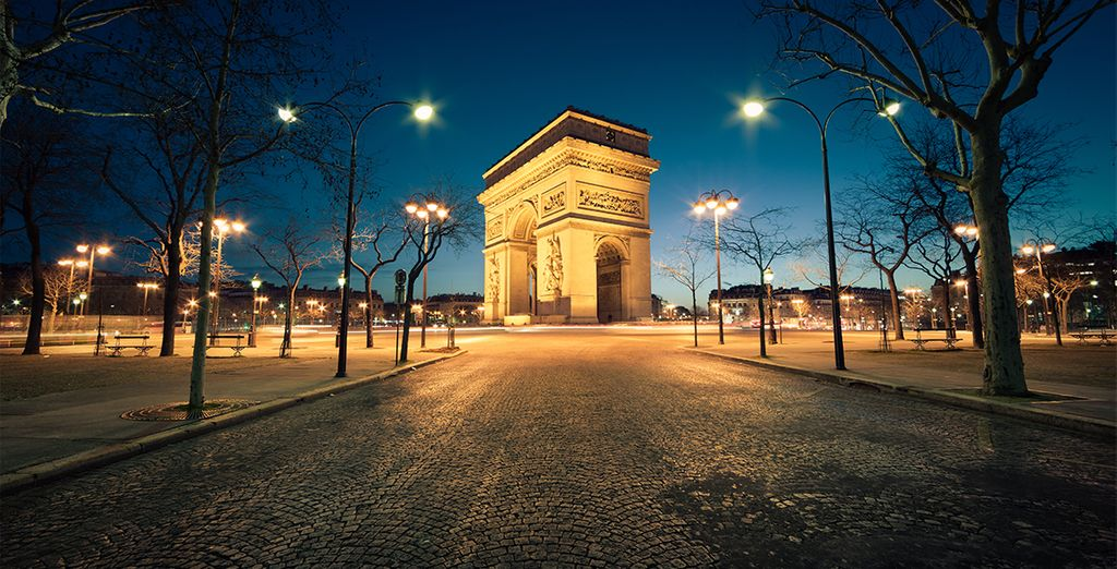 To the charm of the most famous monuments of the city