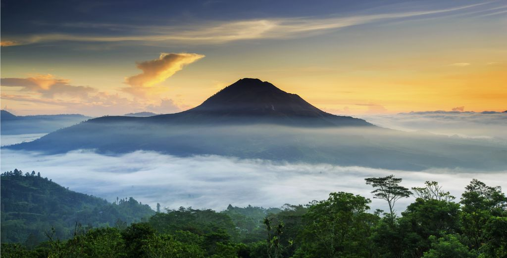 Experience a beautiful view of the Batur Volcano in Bali with Voyage Privé