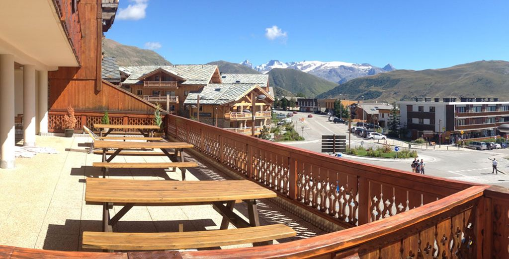 Offering a sun terrace and amazing views of the mountains