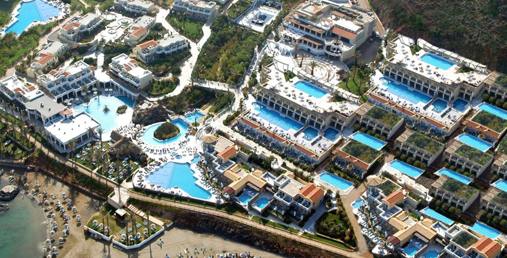 A 190.000m² area of palm and olive trees and waterfalls