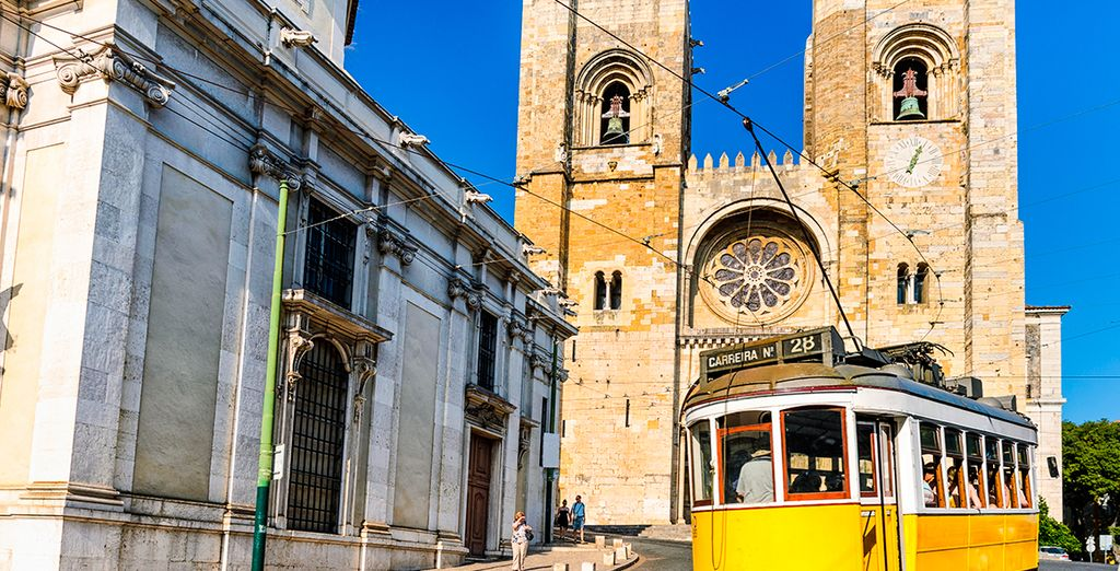 Lisbon Travel Guide : the famous Numer 28 tram
