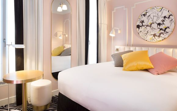 Chic Style 600m from the Arc de Triomphe with Lido Cabaret Show & Dinner